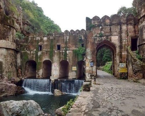 Hamir_Kund_-_Entrance_to_Ranthambore_Fort,_Sawai_Madhopur